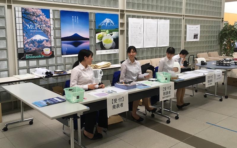 受付を担当した渡辺研4年生チーム